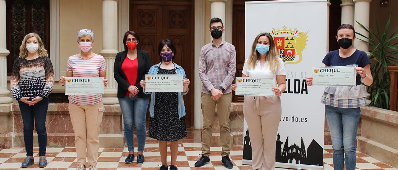 La entrega simbólica de las ayudas a los representantes de las asociaciones sociosanitarias de Novelda.