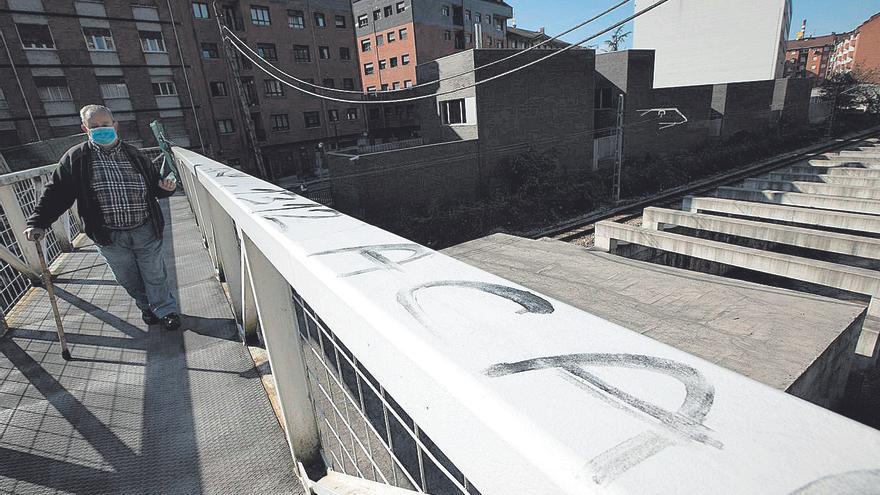 Los viajeros reniegan del soterramiento y reclaman trenes semidirectos con Gijón
