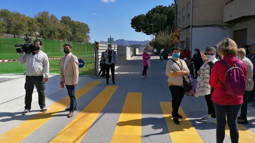 Los vecinos de Santiago el Mayor estrenan el paso peatonal sin vías