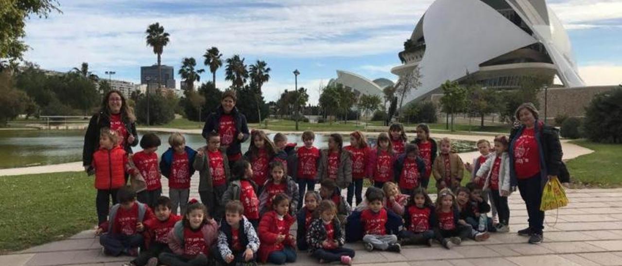 Los alumnos de primero de Primaria del CEIP Lluís Vives de Alzira y sus profesoras en València.   LEVANTE-EMV