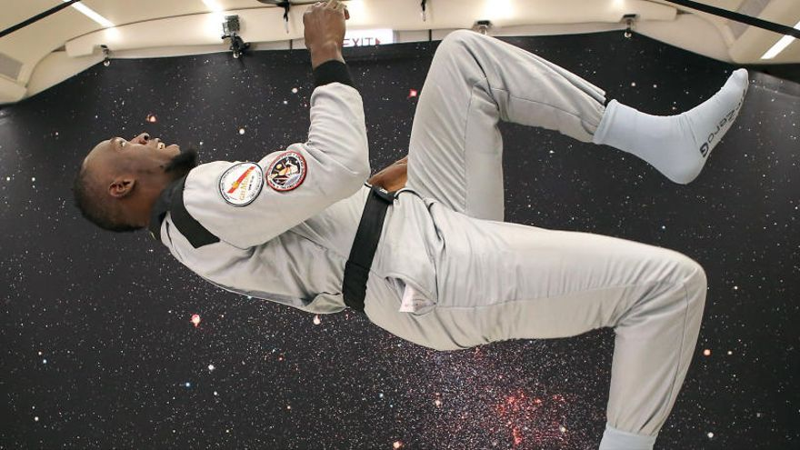 Usain Bolt corre en un avión sin gravedad en un acto publicitario
