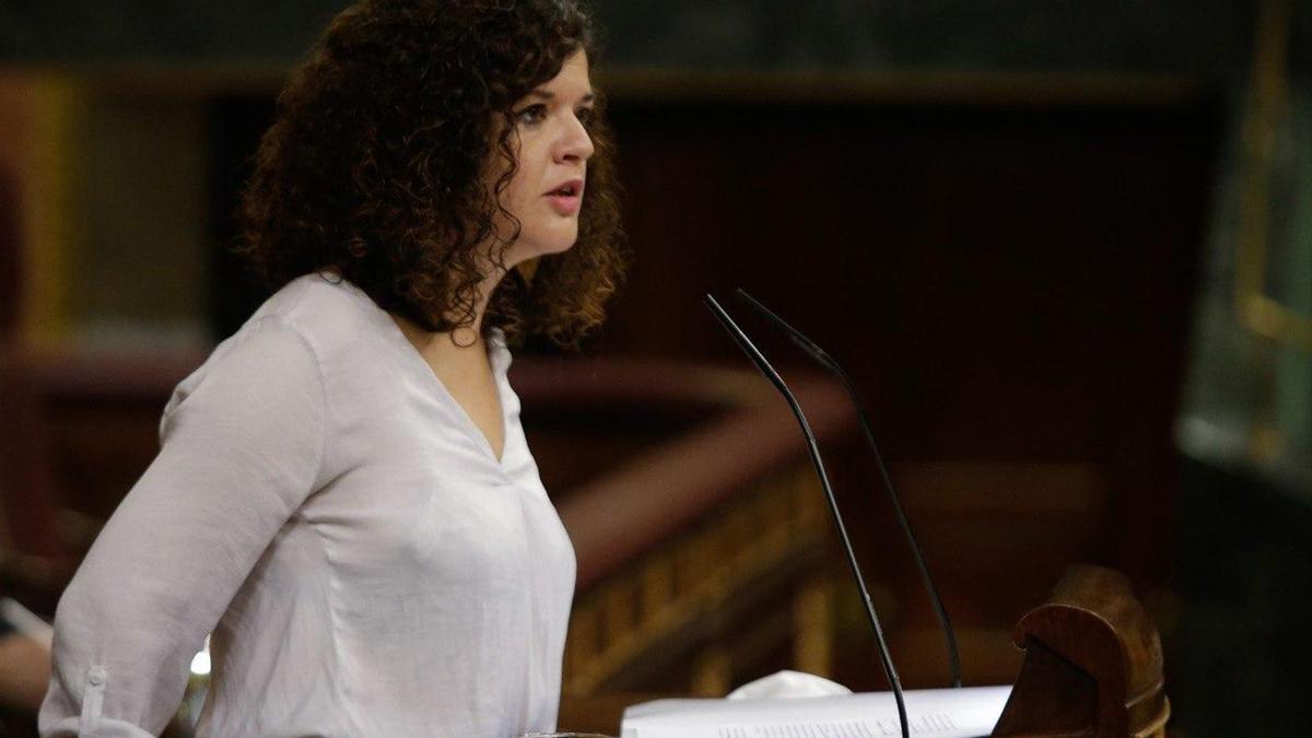Pla mitjà de la diputada d'Unides Podem al Congrés Sofía Castañón