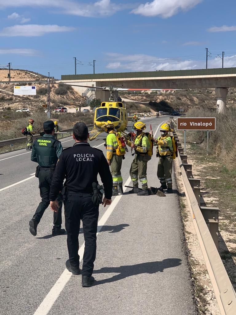 Un incendio en Aspe obliga a cortar la carretera comarcal que conecta con Alicante