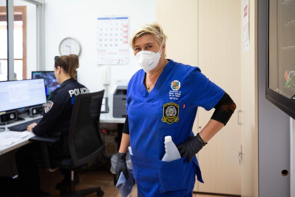 Rosa Monterde, limpiadora del retén de la Policía Local de Sant Josep