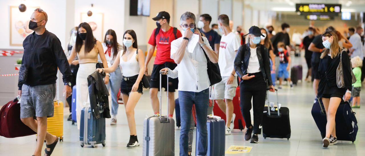 Llegada de viajeros en el aeropuerto de Ibiza.