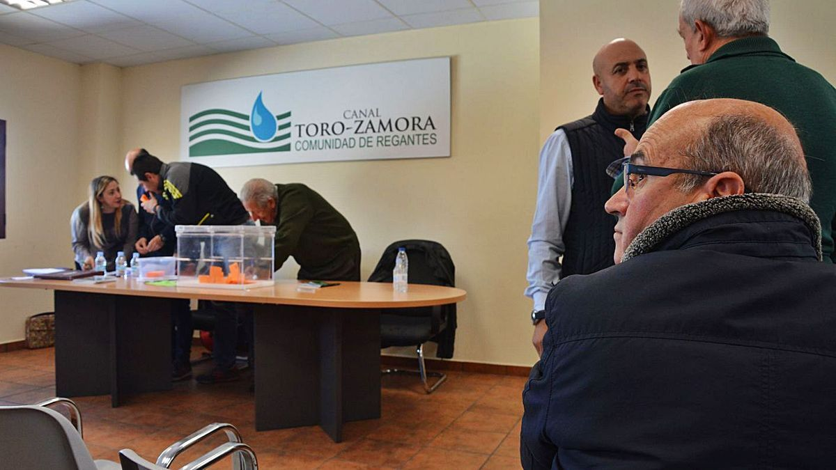 Desarrollo de una Asamblea del canal Toro-Zamora, con Pedro Pablo Ballesteros, de frente. | M. J. C.