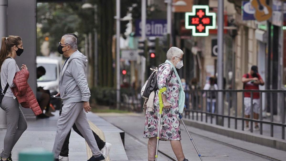Una mujer con problemas de movilidad pasea por el centro de Santa Cruz.