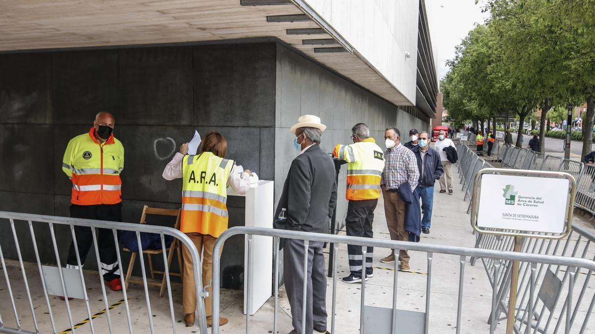 Cacereños acceden al centro de vacunación del Palacio de Congresos este martes para recibir su dosis.