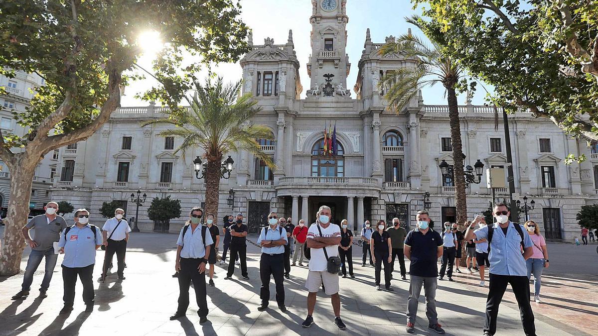 Parte de los trabajadores de la EMT se concentró ante el Ayuntamiento de València como protesta.
