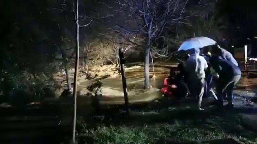 Dos fallecidos tras ser arrastrado su coche por el río Fuengirola