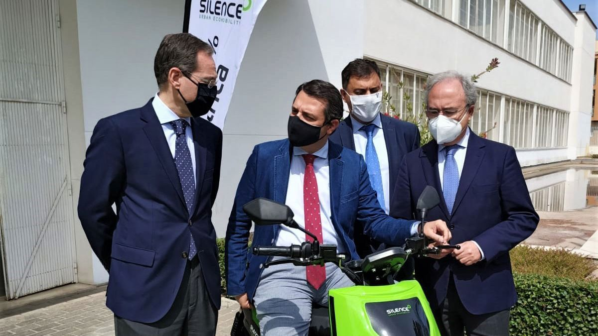 José María Bellido, alcalde de Córdoba, subido a una moto Silence S01