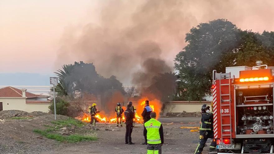 Los bomberos intervienen en un incendio en una caravana en Tenerife