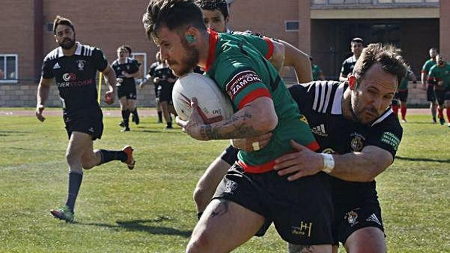 Un tackleador de El Salvador C intenta placar a un jugador del Rugby Zamora.