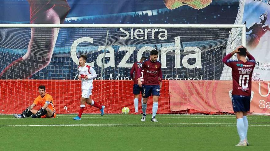 El Pontevedra se hunde ante el colista