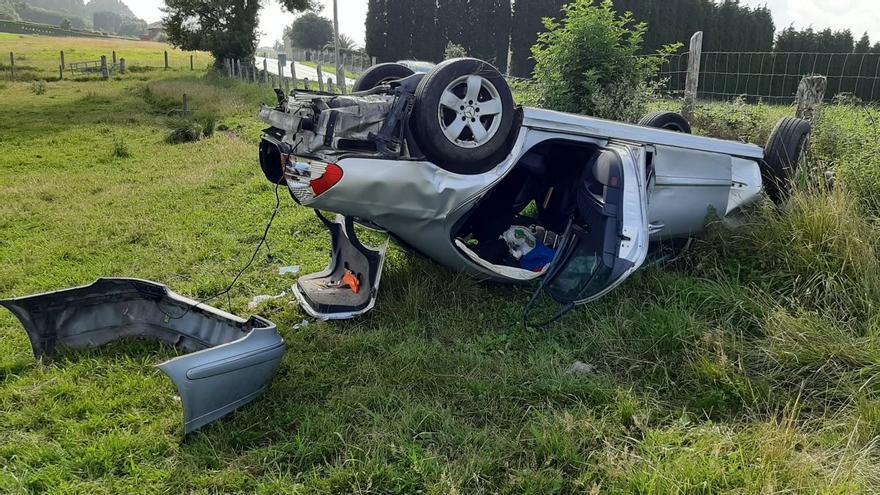 Impactante accidente: un coche vuela por los aires tras realizar un peligroso adelantamiento en Asturias