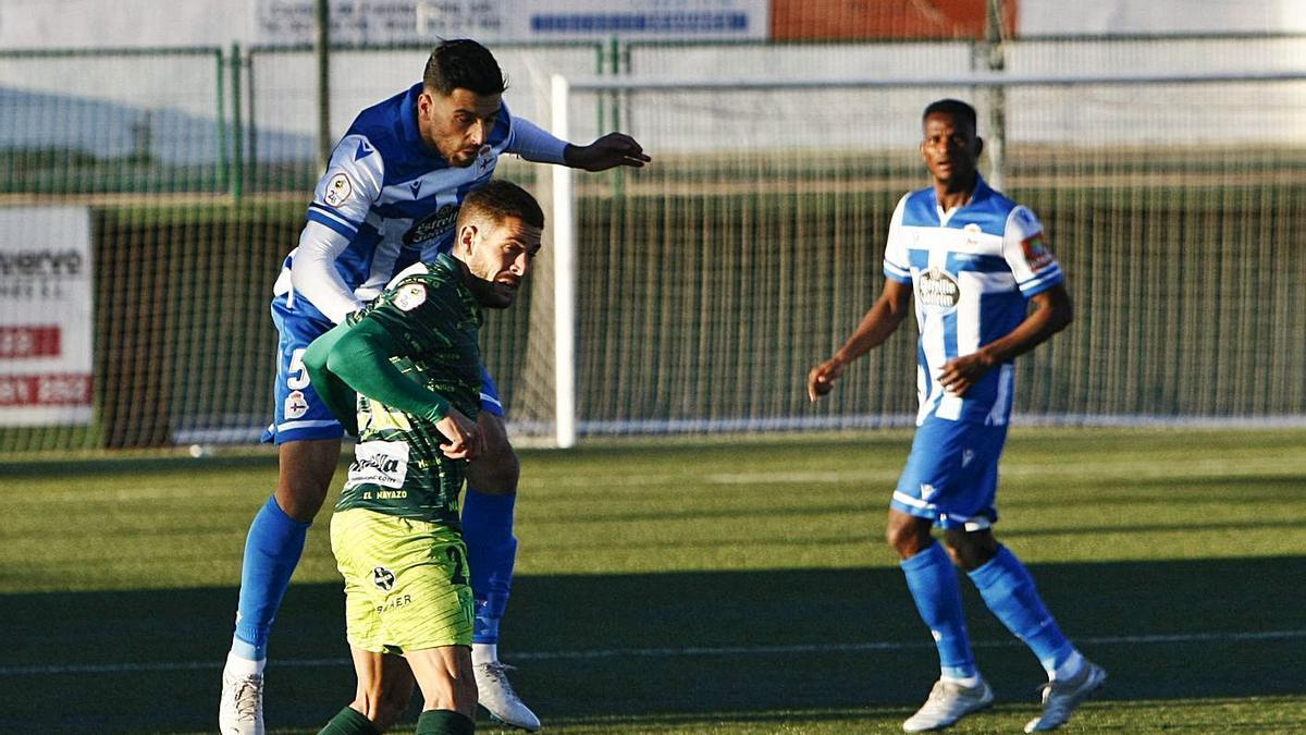 Bóveda despeja un balón ante un rival en la visita del Deportivo a Guijuelo.    // LOF