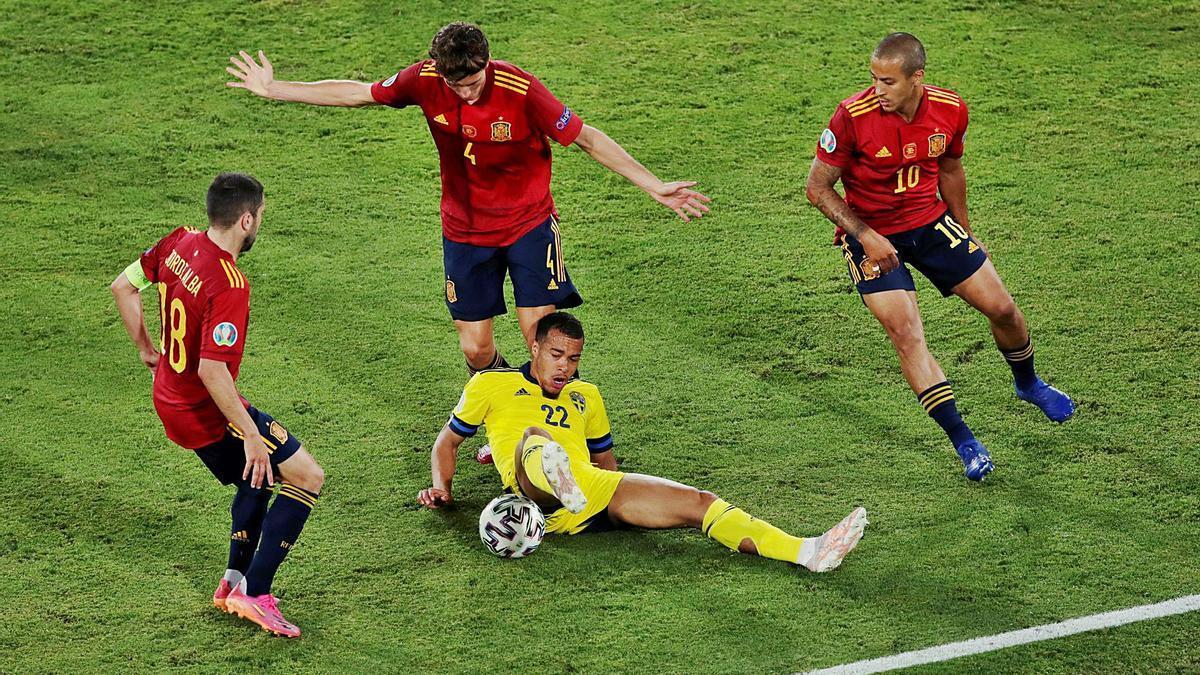 Alba, Pau i Thiago envolten el suec Quaison  ahir a Sevilla.  julio muñoz/reuters