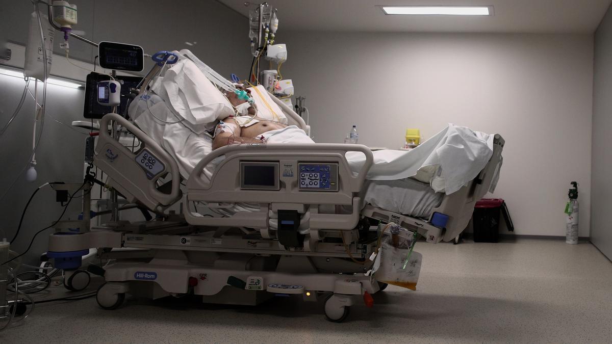 Un malalt en un llit d'una UCI