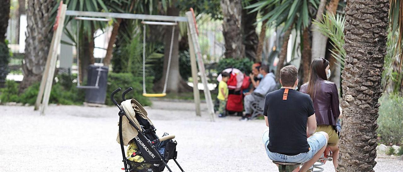 Los antiguos columpios que todavía sobreviven en el corazón del Palmeral.   ANTONIO AMORÓS