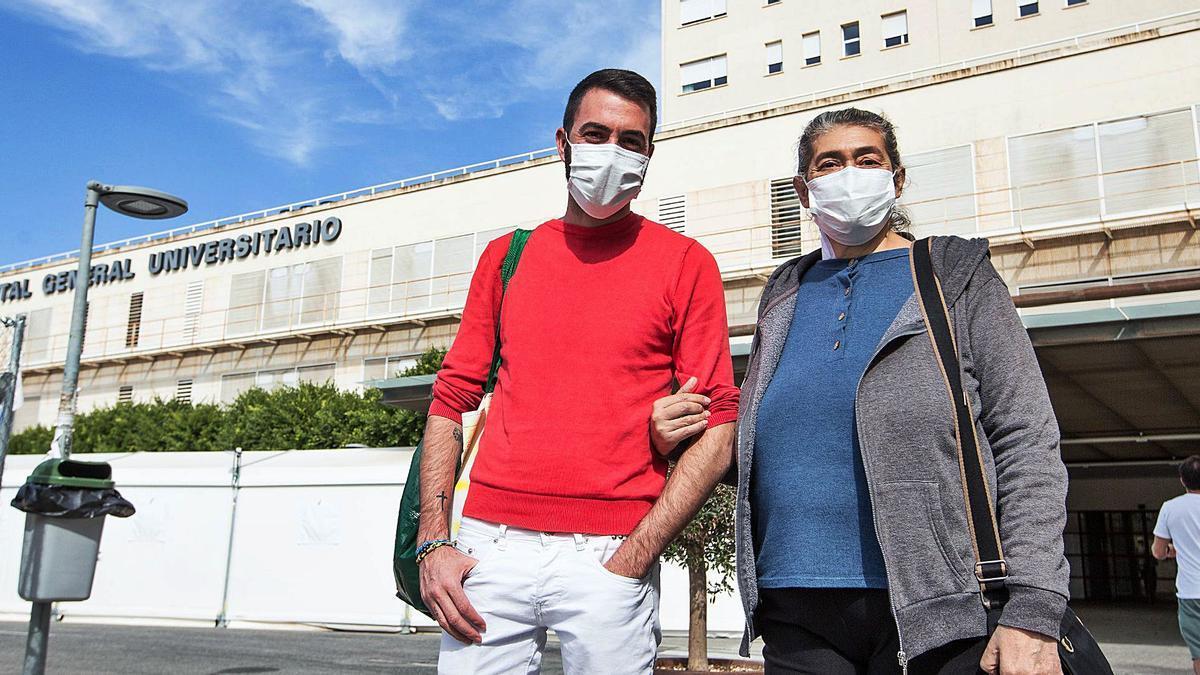 Josefa Ferrández abandona el Hospital General de Alicante acompañada de su hijo y a los pocos días de ser operada.