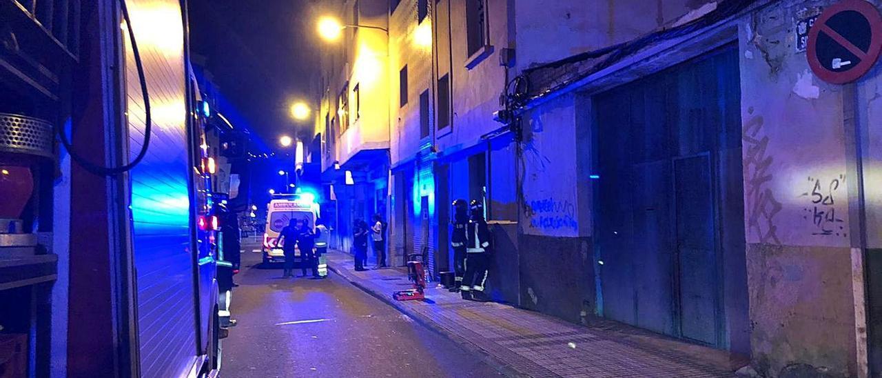 Bomberos y policías frente a la vivienda donde se produjo el conato de incendio anoche en Guanarteme. | | LP/DLP