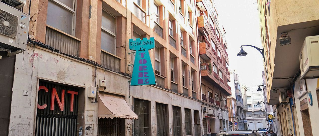 El edificio que albergó las sedes de la CNT y CC OO en Elda se halla a escasos metros de la plaza Sagasta y de la oficina de Correos. | ÁXEL ÁLVAREZ