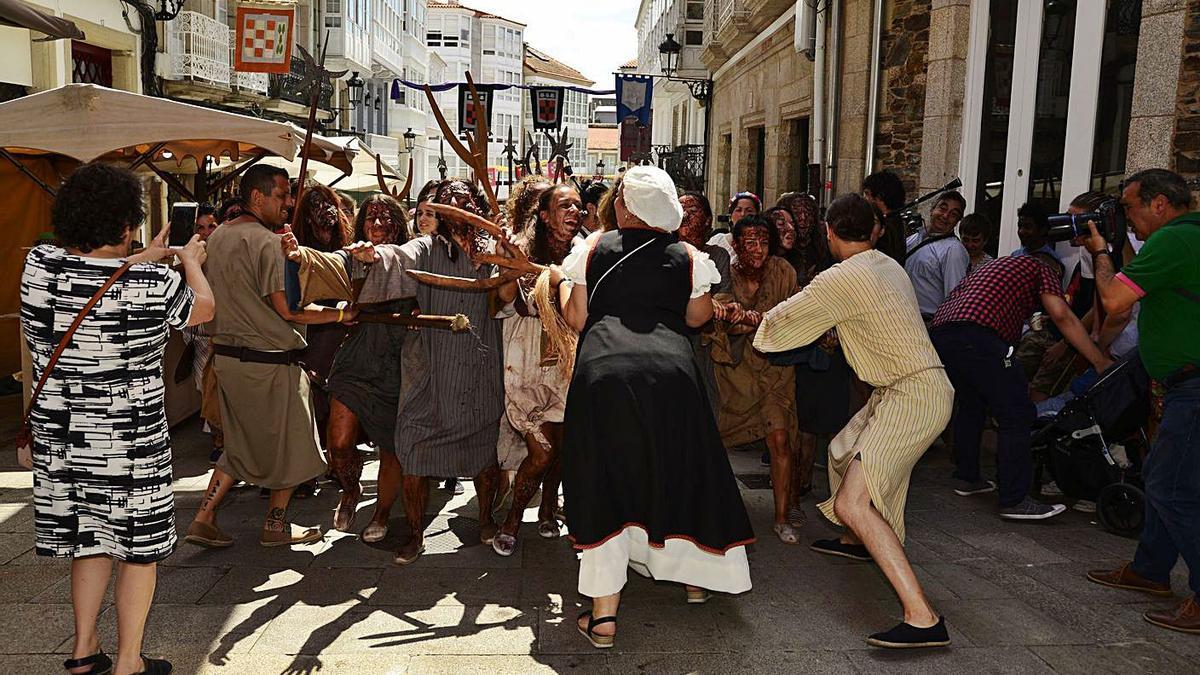 Representación de la expulsión de los leprosos en la feria medieval de Betanzos. |   // CARLOS PARDELLAS