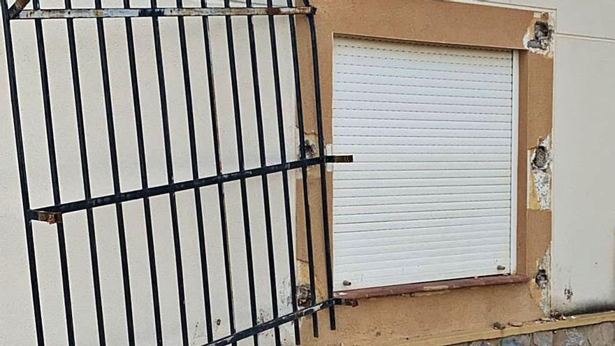 Una reja forzada en una vivienda unifamiliar asaltada días atrás en la partida de Atzavares. A la derecha, otra vivienda del Camp d'Elx que ha sido objeto de robo.