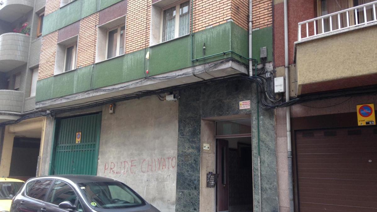 El edificio de Sama en el que fue encontrado el hombre.