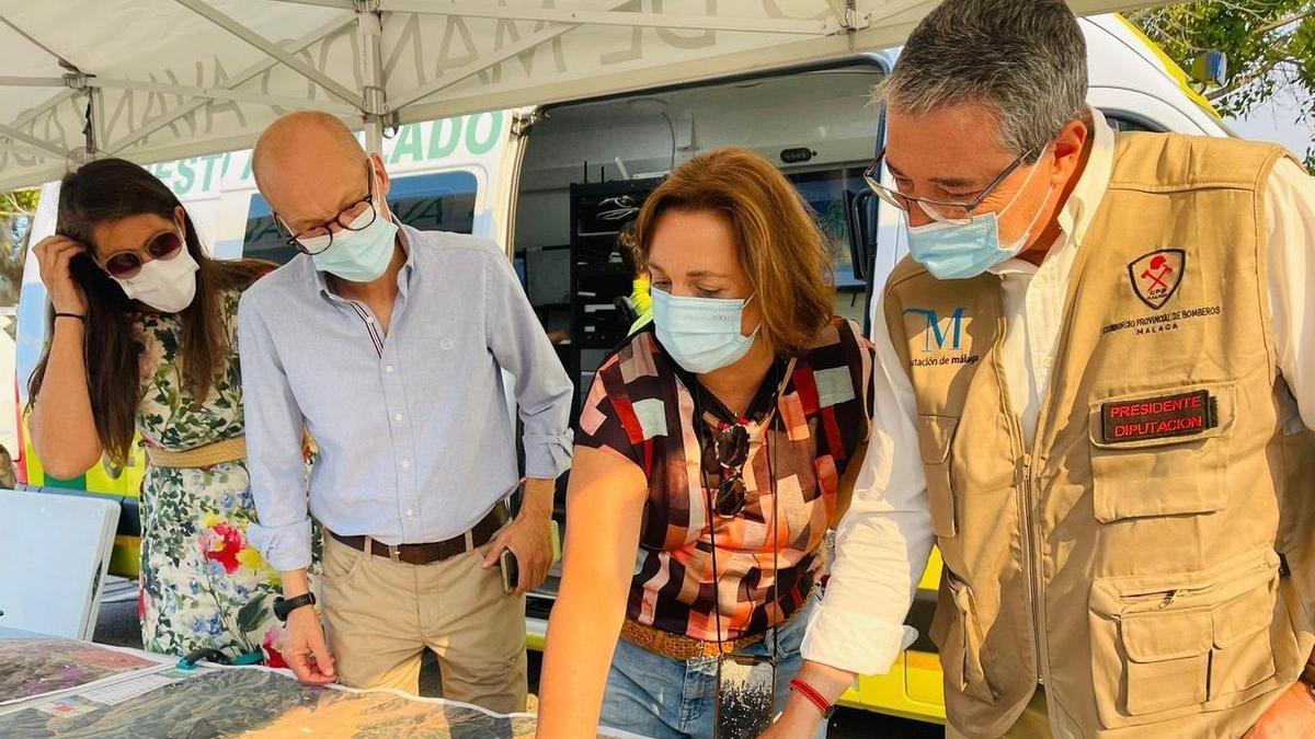 La consejera de Medio Ambiente, Carmen Crespo, y el presidente de la Diputación, Francisco Salado, en el puesto de mando del incendio en Sierra Bermeja