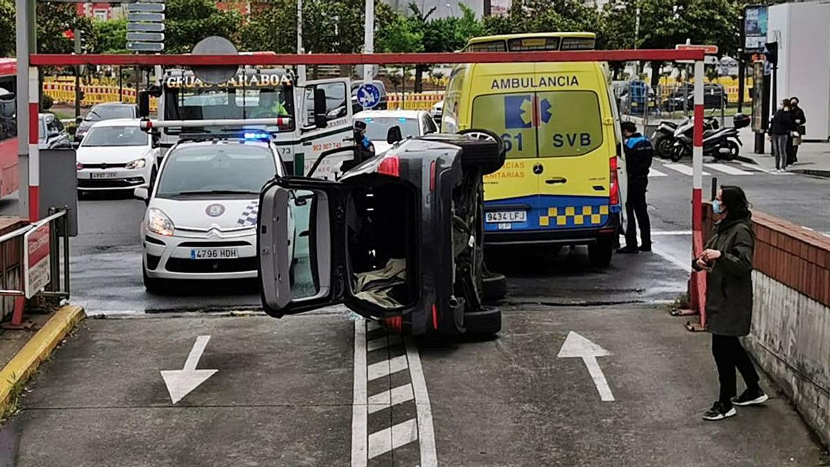 El coche volcado, a la salida del aparcamiento de Juana de Vega.   | // CARLOS PARDELLAS