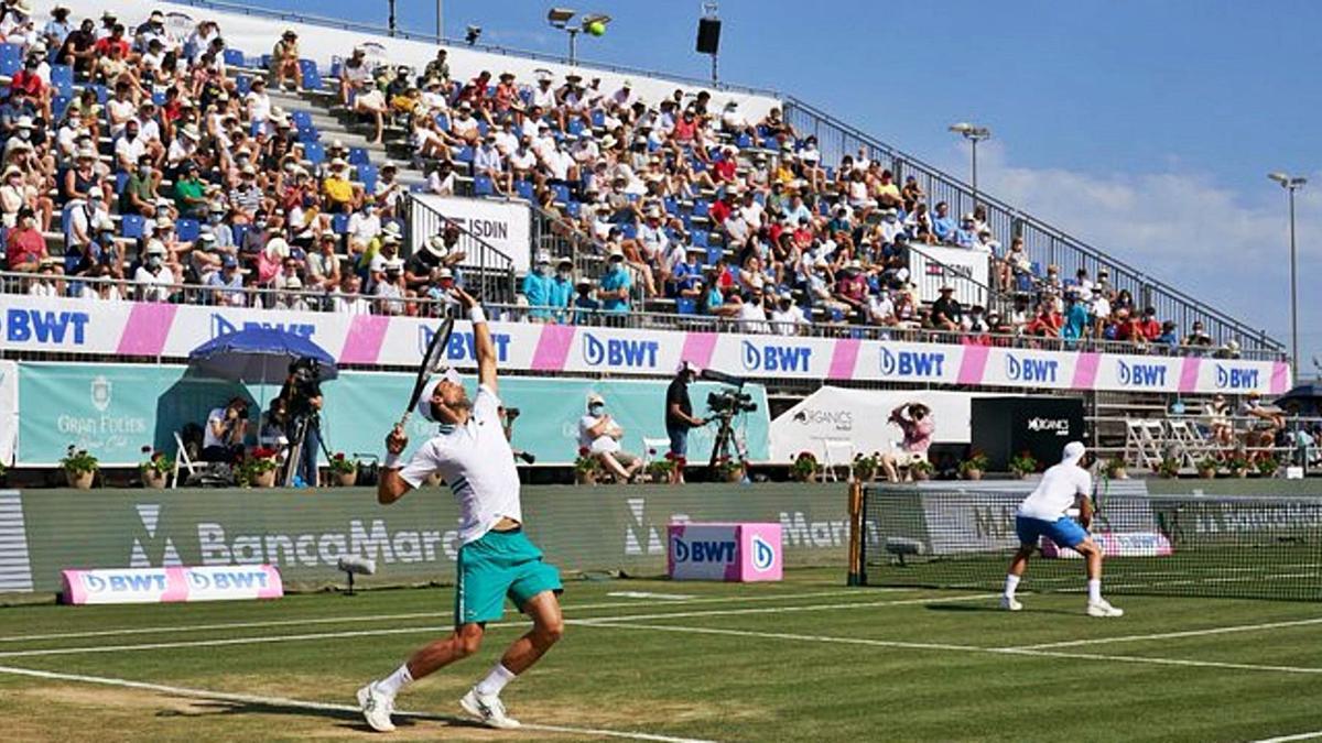 Djokovic sirve en el partido de dobles que jugó con Carlos Gómez.   MALLORCA CHAMPIONSHIPS