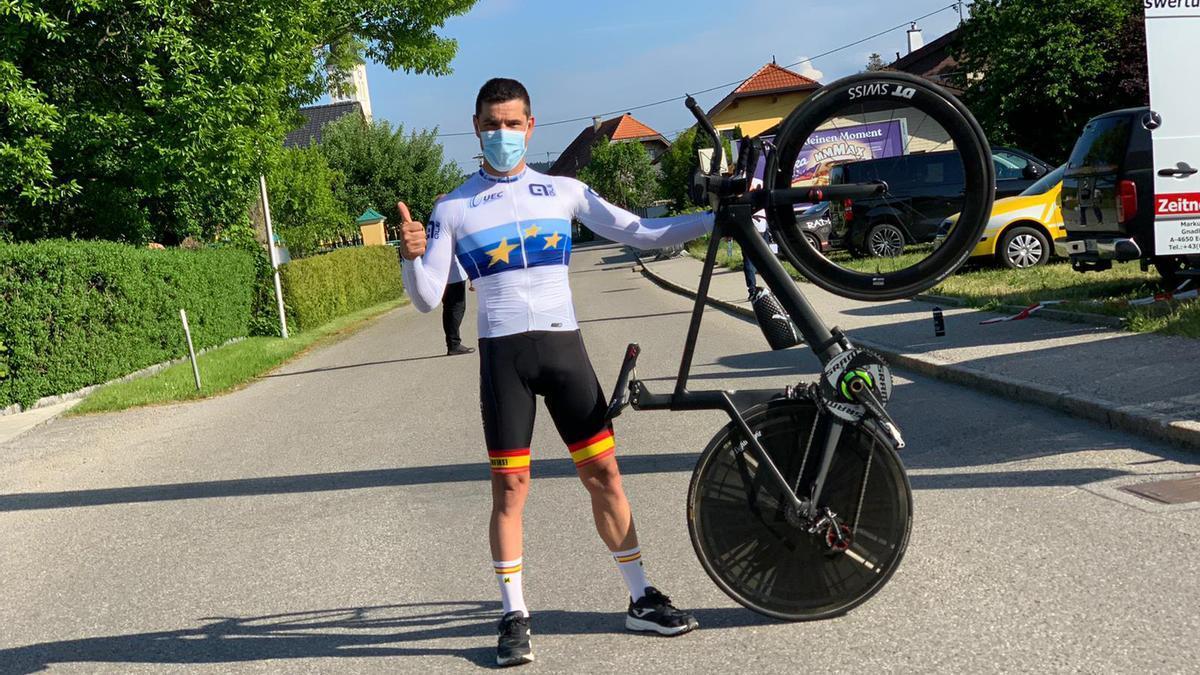 Eduardo Santas con el maillot de campeón de Europa.
