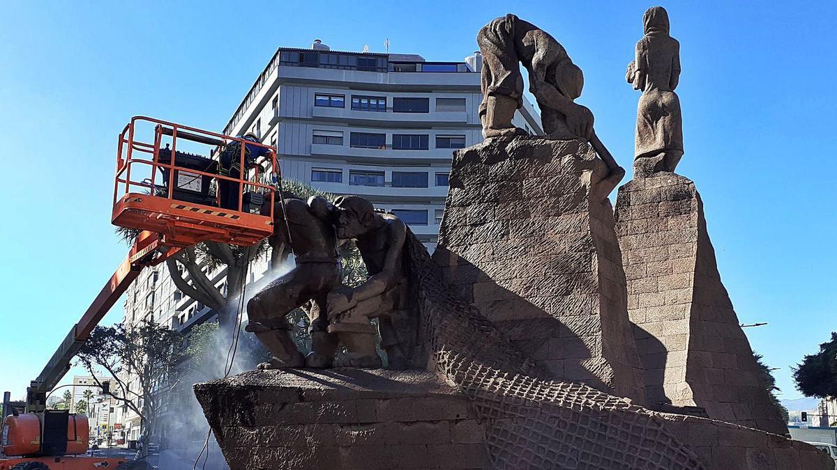 Tareas de mejora de la escultura 'Monumento a las Actividades Primarias Canarias', de Luis Alemán Montull, en la Plaza de España. | | LP/DLP