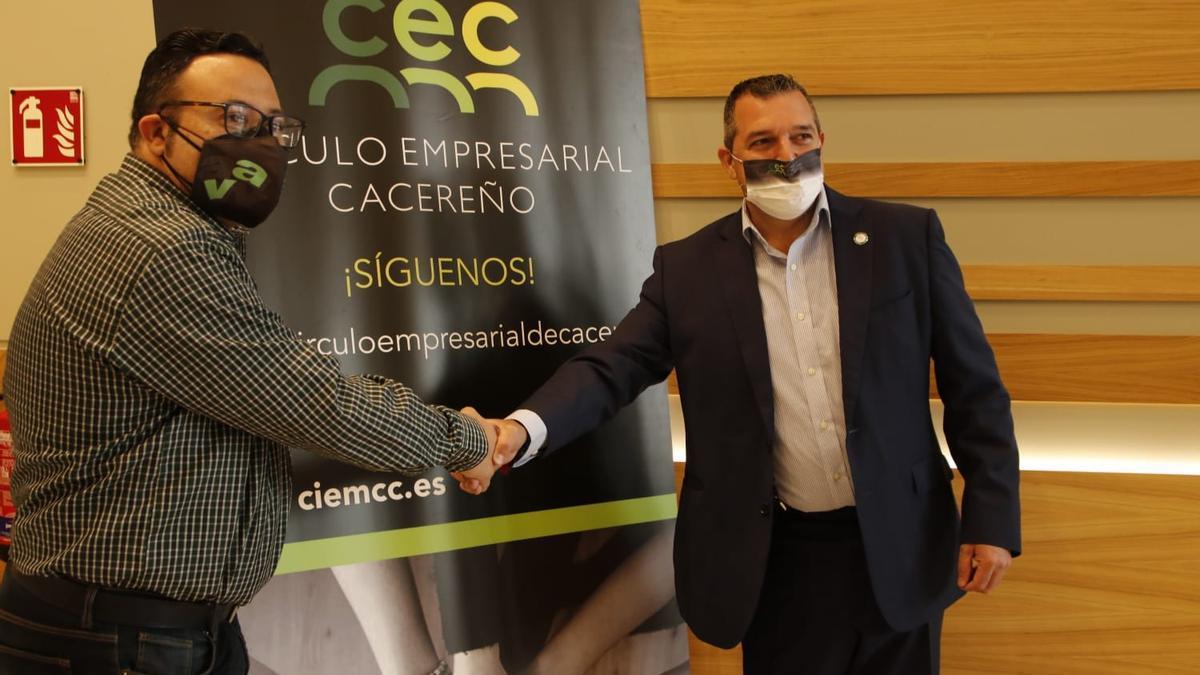 El presidente de la agrupación y el del círculo empresarial se dan la mano tras rubricar el acuerdo. Foto Silvia Sánchez Fernández.