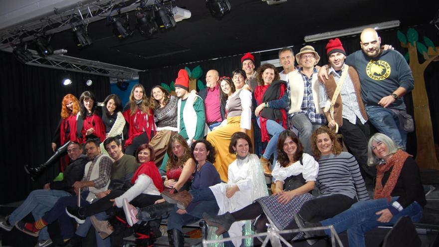 El professorat d'un institut de Figueres canvia els llibres pel sarró i la barretina