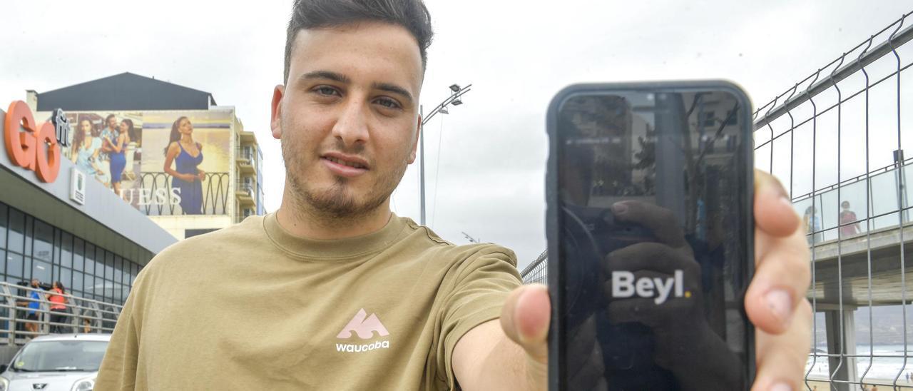 Rodrigo León muestra la pantalla de inicio de la app que desarrolla junto a José Ricardo Peña, Beyl, la semana pasada