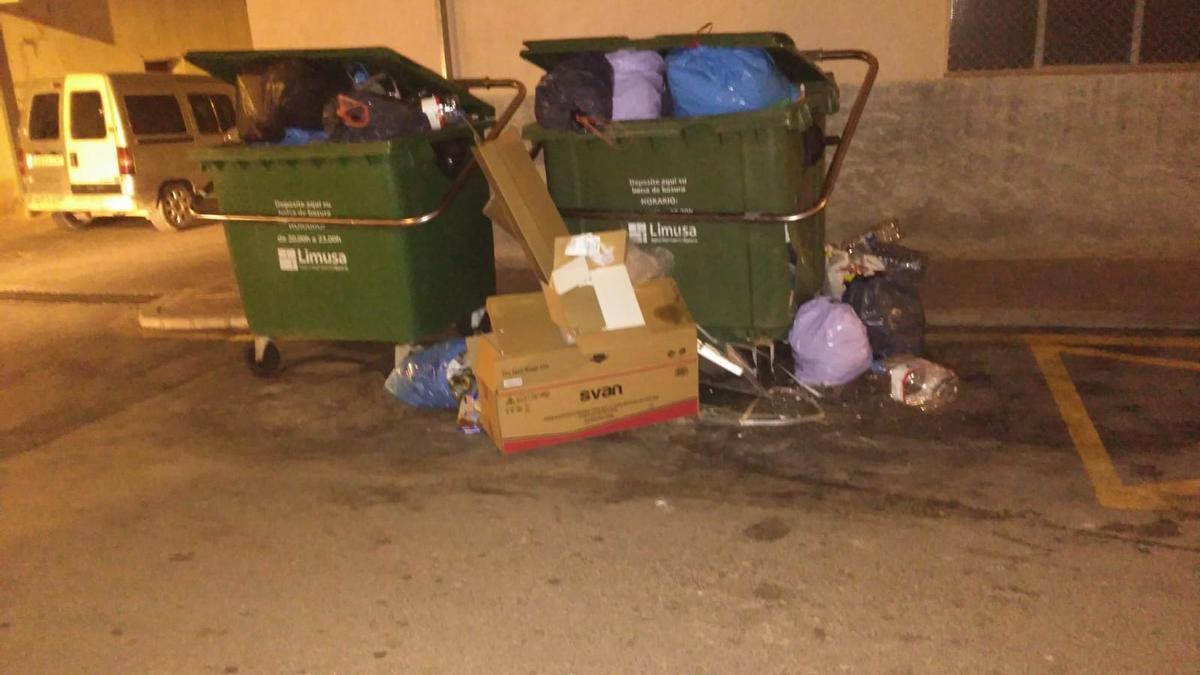 Contenedores repletos de basura en el barrio de Apolonia.