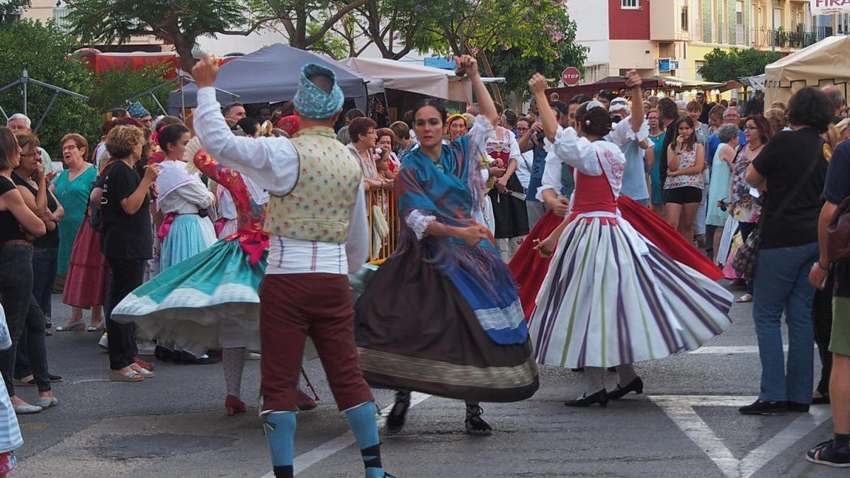 Danses en las calles de l'Alcúdia de Crespins en unas fiestas pasadas