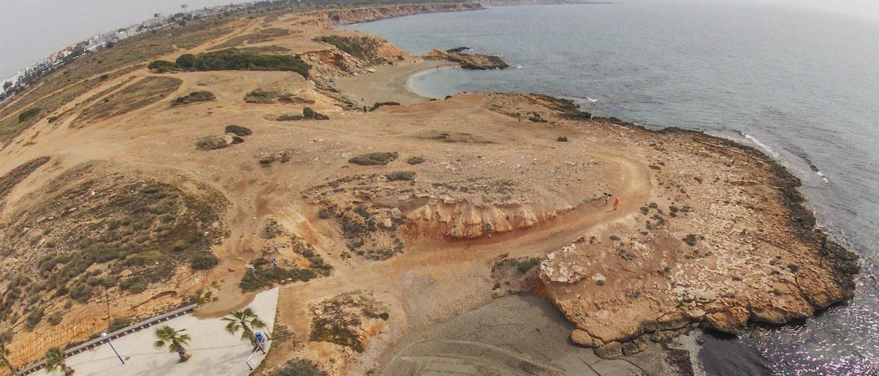 Cala Mosca, en la zona que se pretende urbanizar con 1.500 casas y donde se pueden ver sus dos playas, la del centro de la imagen habilitada para perros