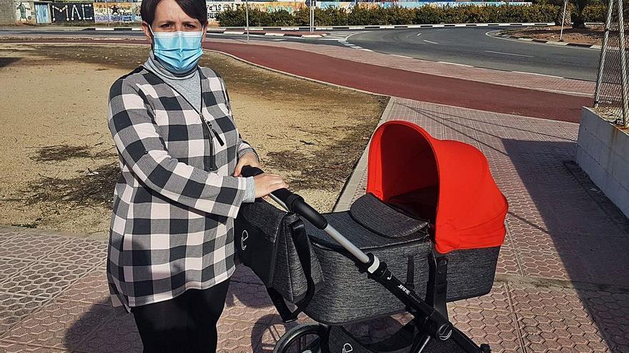 Impiden a una mujer maltratada inscribir a su bebé de tres meses