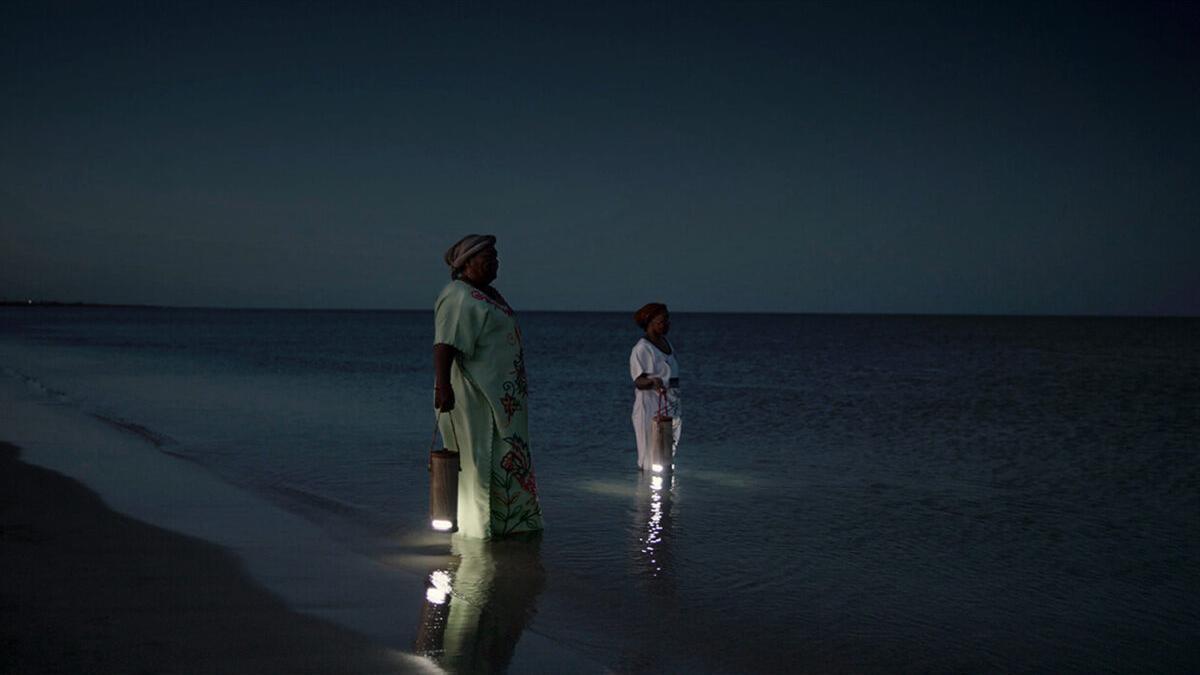 Inventan lámparas portátiles que funcionan con agua de mar