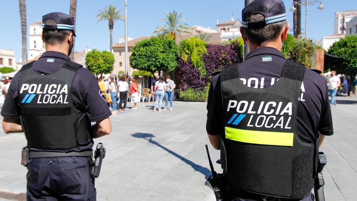 Agentes de la Policía Local de Mérida, en la plaza de España.