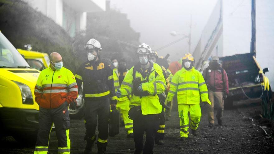 """Hablan los bomberos que trabajaron en el accidente mortal de Canarias: """"Hoy es de esos días en los que se le hace un nudo en la garganta"""""""