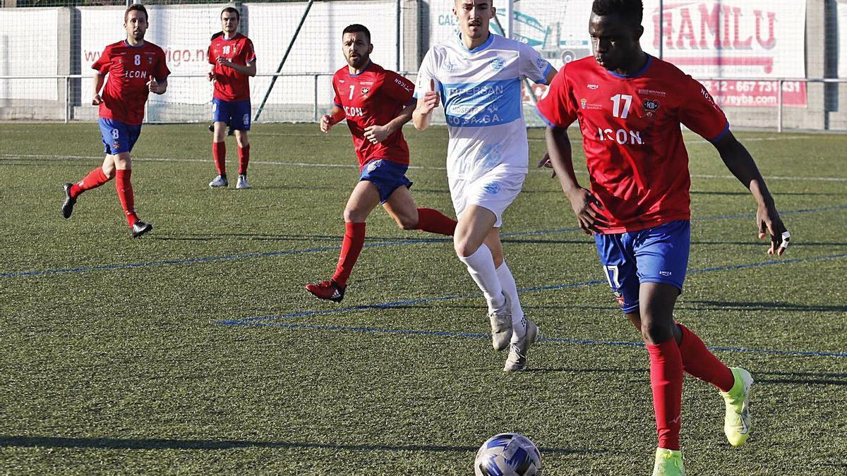 Iano, del Choco, conduce el balón durante un encuentro en Santa Mariña. |  // ALBA VILLAR