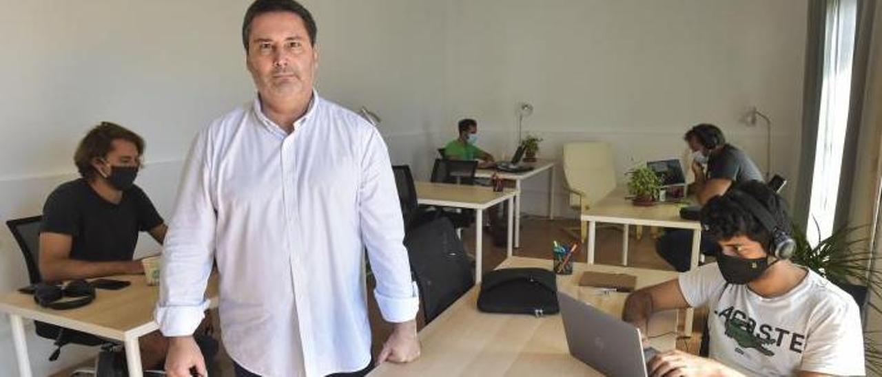 Carlos Rossi en su coliving de la capital grancanaria, ayer, ha logrado que empresas italianas escojan la capital para deslocalizar a sus trabajadores. | | ANDRÉS CRUZ
