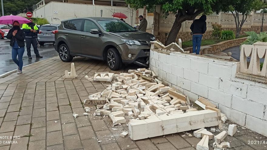 Un herido leve al chocar un coche contra una valla en el Cabo de las Huertas