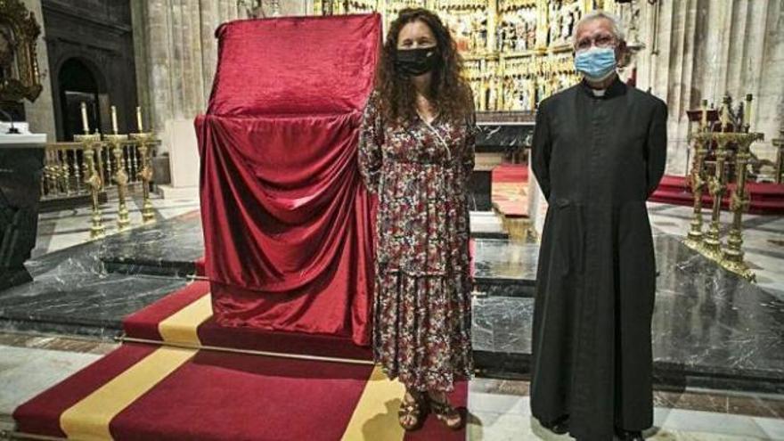 La Catedral estrena un traje rojo y aterciopelado por el Jubileo de la Santa Cruz