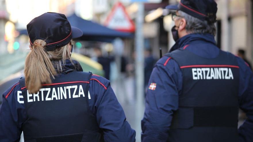 Arrojan botellas de cristal a la Ertzaintza en un control Covid: han sido detenidos cinco jóvenes