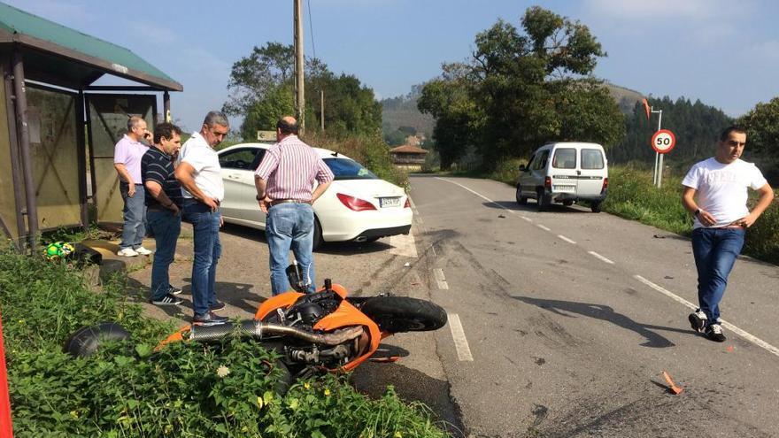 Un herido en una colisión entre una furgoneta y una moto en Cenizal